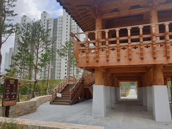 지난 23일 찾은 구미 산동면의 물빛공원. 왕산루로 예정돼있던 전통 누각의 명칭이 산동루로 변경돼 있다. 사진=백경서 기자