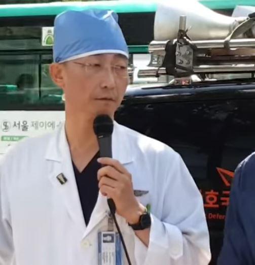 24일 이국종 아주대병원 교수가 자신을 규탄하는 보수단체 집회에 나타나 마이크를 잡았다. /사진=유튜브 한마음한뜻