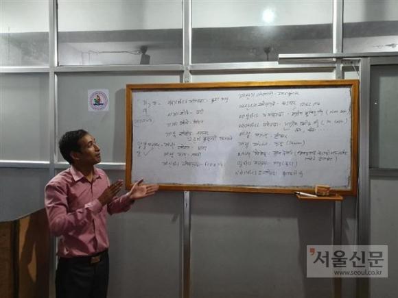 포카라의 한국어 학원의 원장이자 한국어 강사인 슈만 타파가 강의실에서 서울신문 기자에게 한국어 수업 방식을 소개하고 있다.카트만두 기민도 기자 key5088@seoul.co.kr