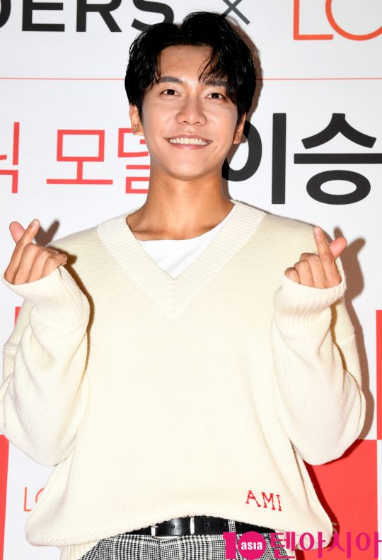 <p>Actor Lee Seung-gi 26 PM Seoul Itaewon-dong LOHBs stores open in model, Lee Seung-gi fan sign meeting to attend a posing are.</p>