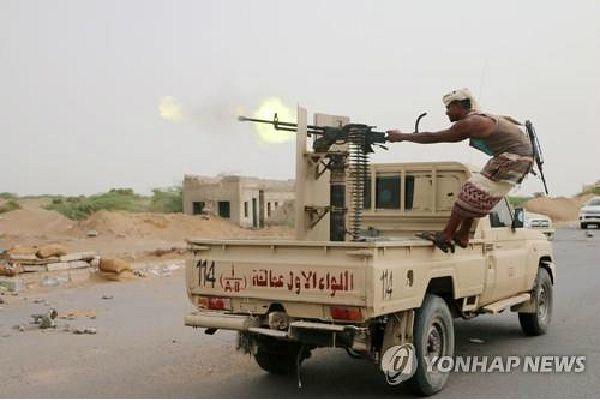 예멘 친정부군 대원이 전투를 벌이고 있다.(사진=연합뉴스 제공)