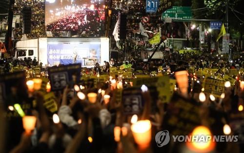 검찰 개혁 촉구, 촛불 든 참석자들 지난 28일 오후 서울 서초구 서초동 중앙지검 앞에서 열린 검찰 개혁 촛불 문화제에서 참석자들이 구호를 외치고 있다.