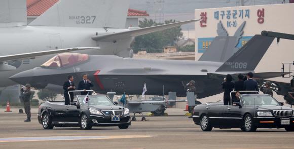F35A 스텔스기 사열하는 文대통령  - 문재인(오른쪽) 대통령이 1일 제71주년 국군의날을 맞아 대구 공군기지(제11전투비행단)에서 열린 '국군의날 행사'에서 정경두 국방부 장관과 무개차에 탑승해 F35A 스텔스 전투기 등 육해공군 전력을 지상사열하고 있다.대구 도준석 기자 pado@seoul.co.kr