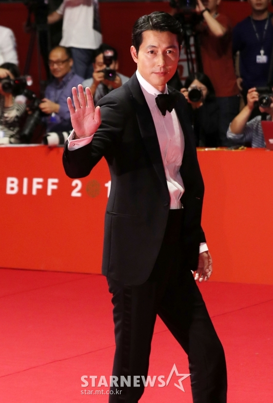 <p>Actor Jung Woo-sung, now Busan IPark International Film Festival Opening Ceremony at the Typhoon Haiyan victims in UP TO handed it.</p><p>3, 7 p.m. Busan IPark your movie in the Hall of the 24th Busan IPark International Film Festival opening ceremony was held.</p><p>This day, the opening ceremony of the society to take charge of the pattern with the stage on the right Jung Woo-sung opening ceremony in progress in front of the first greetings had.</p><p>Jung Woo-sung is Typhoon Haiyan due to damage of painful news to hear you areand first the Typhoon Haiyan victims in the deep comforting and Cheering words of power,he said.</p><p>Meanwhile the 24th Busan IPark International Film Festival is a 3 day opening for ten days Busan IPark in open. This film festival in the film 303 in the 150(world premiere 120 guests, international premiere 30)this year, the film festival through Korean first revealed.</p>