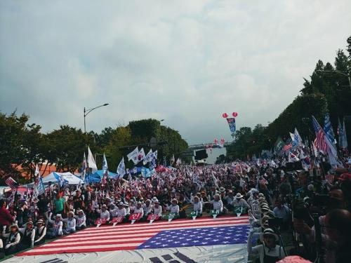 우리공화당이 5일 서울 서초구 성모병원 앞에서 태극기 집회를 진행하고 있다. [촬영 박의래 기자]