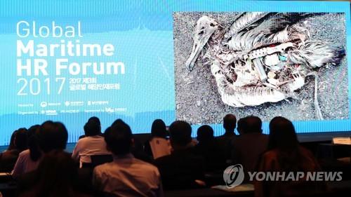 2017년 세계해양포럼에서 소개된 죽은 새 몸에 든 플라스틱 [촬영 조정호·재판매 및 DB 금지]