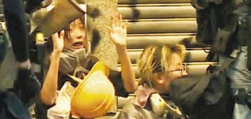 5일 시위에서 경찰에 체포된 12살 중학생 명보 캡처