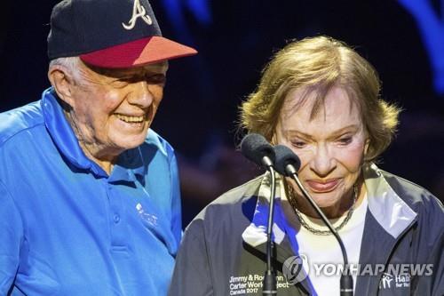 6일 오후(현지시간) 미국 테네시주 내슈빌에서 열린 해비타트 행사에 참석한 지미 카터 전 미국 대통령(왼쪽)과 부인 로잘린 카터 여사. 연합뉴스