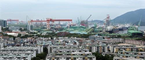 경남 거제와 울산 등 일부 지방에서 서울 거주자들의 원정투자가 급증한 것으로 나타났다. 사진은 거제시 삼성중공업 거제조선소 주변 주택가 전경.<연합뉴스>