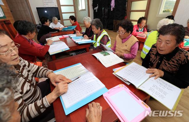 【산청=뉴시스】정경규 기자 = 경남 산청군이 찾아가는 성인문해교실 어르신 한글교육을 실시하고 있다.