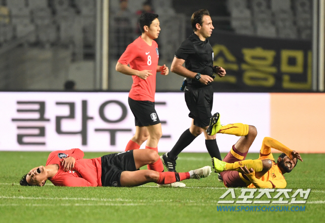 한국과 스리랑카의 2022 카타르 월드컵 아시아 지역 2차 예선 경기가 10일 화성종합경기타운 주경기장에서 열렸다. 볼을 다투던 백승호가 그라운드에 넘어져 고통스러워하고 있다. 화성=허상욱 기자 wook@sportschosun.com/2019.10.10/