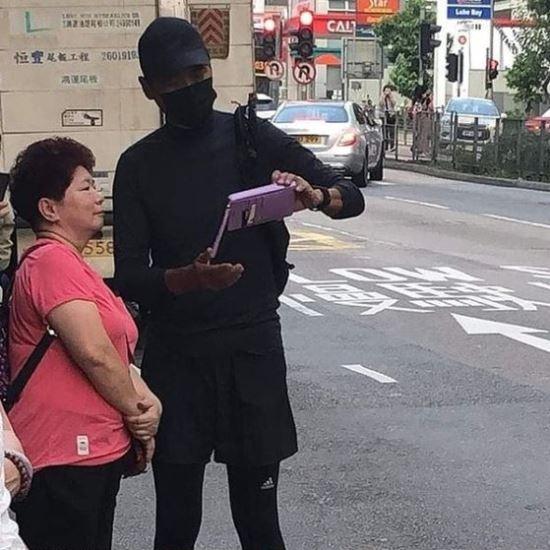 주윤발이 지난 4일 복면차림을 한 채 팬과 함께 사진을 찍고 있다. 출처=트위터