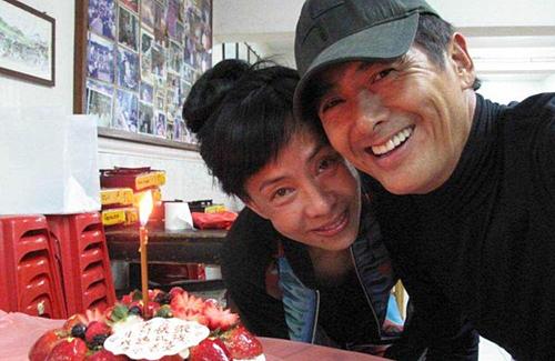 주윤발과 그의 아내 자스민 탄이 환하게 웃으며 사진을 찍고 있다. 제인스타스 홈페이지 캡처