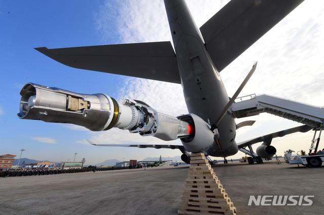 【서울=뉴시스】 사진공동취재단 = 지난 1월30일 공군 김해기지에서  KC-330 공중급유기 전력화 행사가 열렸다. 사진은 공중급유기의 플라잉 붐. 2019.01.30.    photo@newsis.com