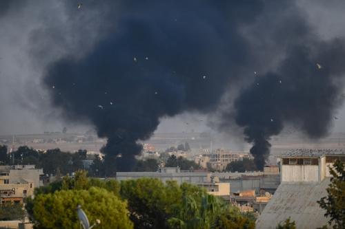 터키군의 포격을 받은 탈 아브야드에서 연기가 피어오르는 모습 [아나돌루=연합뉴스]