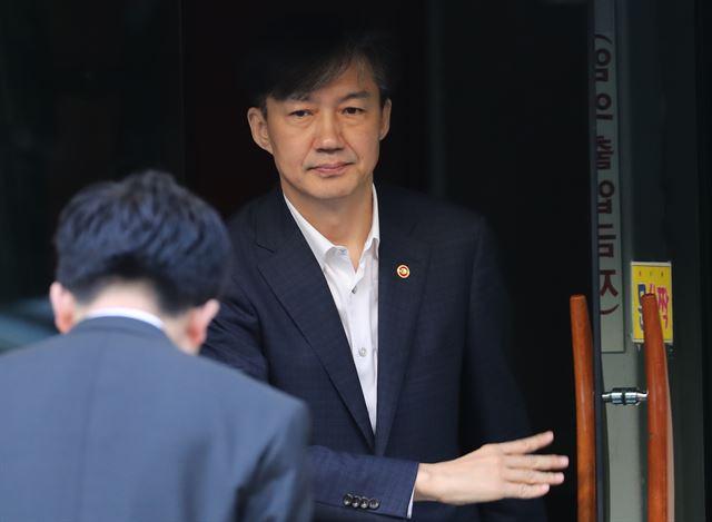 조국 법무부 장관이 출근하기 위해 11일 오전 서울 서초구 자택을 나서고 있다. 연합뉴스