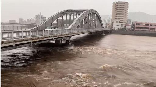태풍 제19호의 영향으로 폭우가 내려 범람 주의 수위가 높아진 시즈오카현가노 강, 시즈오카신문