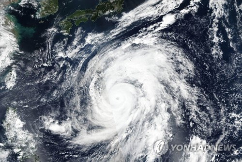 태풍 간접 영향에 맑고 강한 바람..동해안 돌풍 주의