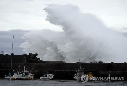 일본 항구 방파제 때리는