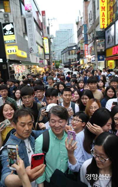 19대 대통령 선거가 있었던 지난 2017년 4월 4일, 국민의당 안철수 후보가 대구 중구 동성로에서 '걸어서 국민 속으로' 도보유세를 펼치며 시민들과 함께 서문시장으로 이동하고 있다. / 김기남 기자