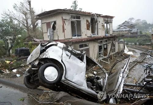 태풍 하기비스 일 강타…넘어진 차량과 파손된 주택 (이치하라시[일본 시즈오카현] 교도=연합뉴스) 12일 제19호 태풍 하비기스가 일본에 접근하고 있는 가운데 일본 시즈오카(靜岡)현 이치하라(市原)시에서 돌풍에 의해 차량이 넘어져 있다. 그 뒤로는 파손된 주택도 보인다. 2019.10.12 bkkim@yna.co.kr