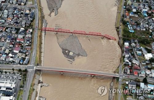 폭우 속 무너진 나가노 철교…하기비스로 日서 26명 사망·실종 (우에다 EPA/지지통신=연합뉴스) 13일 일본 나가노현 우에다에서 태풍