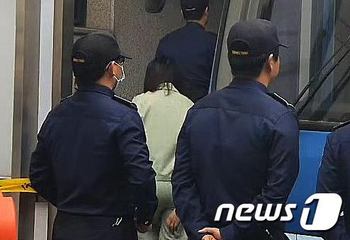 전 남편 살해 혐의로 구속기소된 고유정이 14일 오후 제주지방법원에서 열린 5차 공판에 참석하기 위해 법원에 출석하고 있다. 2019.10.14 /뉴스1 © News1 오현지 기자