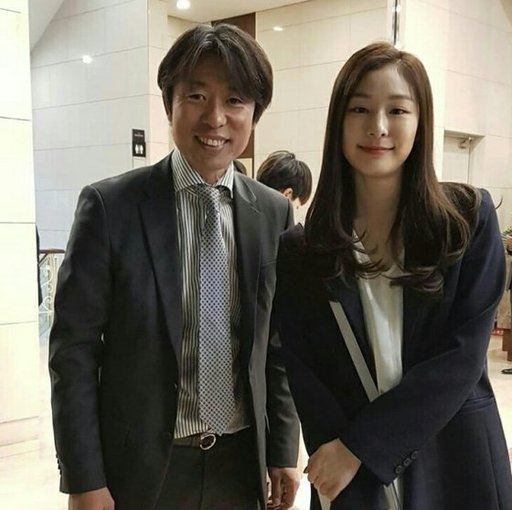 조해리 선수 결혼식에서 스피드 스케이팅 제갈성렬 감독과 함께 사진을 찍은 김연아(오른쪽).