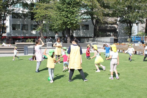 일본 도쿄 도시마구 미나미공원에서 어린이집 아동들이 풀밭에서 뛰어놀고 있다. 과거 노숙자들이 기거했던 이 공원은 지난 2016년 리모델링되면서 분위기가 바뀌었다. 사진=조은효 특파원