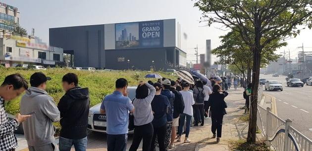 이달 초 미계약분 청약을 받은 충남 천안 '포레나천안두정'의 모델하우스에 긴 줄이 늘어섰다. 이 아파트의 잔여가구 모집엔 2700여명이 몰려 북새통을 이뤘다. 한경DB
