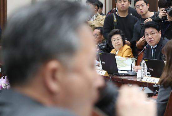 장제원 자유한국당 의원이 지난 14일 서울고법에서 열린 국회 법제사법위원회 국정감사에서 발언하고 있다. 연합뉴스