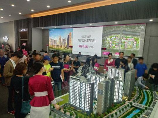 서울 성북구에서 분양한 보문리슈빌하우트 견본주택을 수요자들이 살펴보고 있다. 이 단지는 130가구 모집에 6231명이 청약하며 평균 47.93대1의 경쟁률을 기록한 바 있다. [계룡건설 제공]