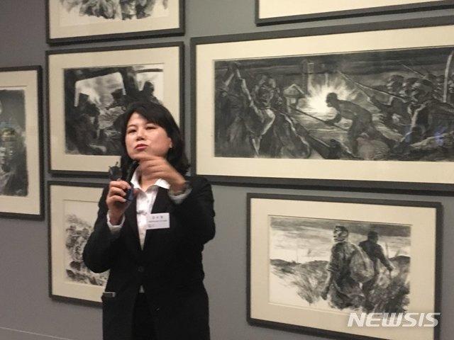 【서울=뉴시스】박현주 미술전문기자= 16일 오전 강수정 국립현대미술관 전시 1과장이 과천관에 선보인 민주화의 증인으로서 '광장'을 재현한 전시 작품을 설명하고 있다.