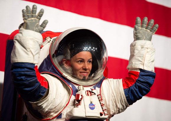 미국항공우주국(NASA)가 공개한 새 우주복을 입은 여성 (사진=AFP·연합뉴스)