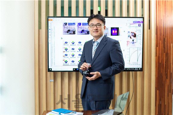 윤창훈 생기원 박사가 투명전극 제작에 사용되는 PEDOT:PSS 용액을 보여주고 있다. /사진제공=생기원