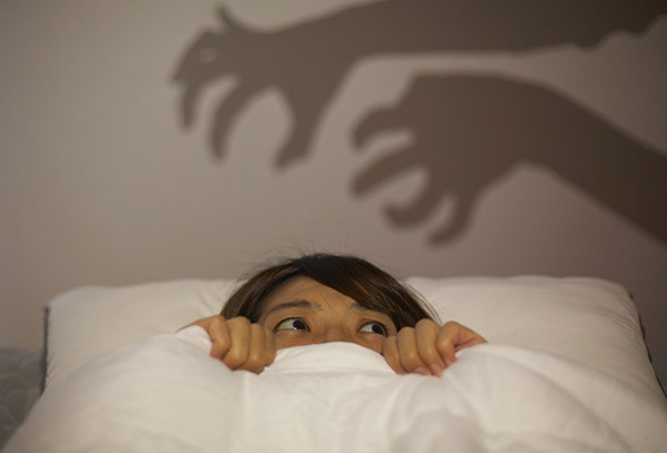 가위눌림이라 불리는 수면마비는 불규칙한 수면 습관, 수면 부족, 잦은 음주 등이 원인이 된다./사진=헬스조선 DB
