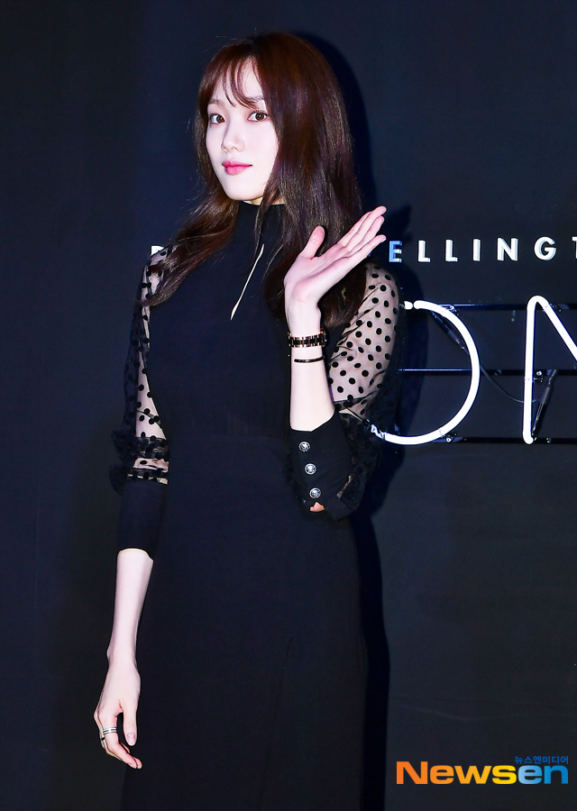 <p>Actor Lee Sung-kyung, this 10 17, PM Seoul Samcheong-dong in the open Daniel Wellington(DANIEL WELLINGTON) a month to attend the ceremony by posing in.</p>