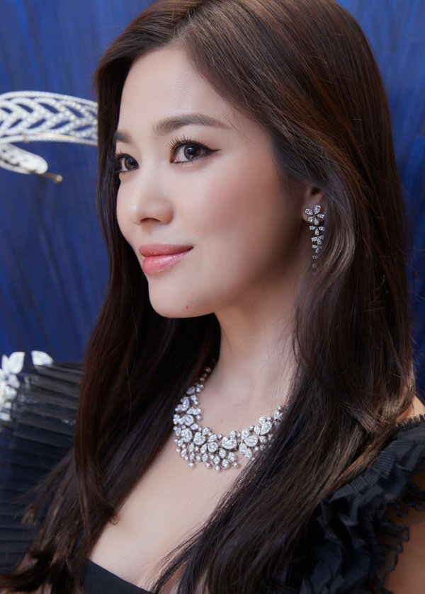 <p>Song Hye-kyo in the last 17 Days of the French Royal jewelry brand Chaumet(CHAUMET) boutique open ceremony and the gala Dinner show, attended.</p><p>This day, Song Hye-kyo is a black Dress wearing appeared, jewelry as well as shiny Beautiful looks to admire him. Alluring and elegant, Beautiful looks have first been captured.</p><p>This day, Song Hye-kyo for a long only in the domestic formal analysis in revealing that his attention was. However, the singer cum Actor description of the information war to Song Hye-kyo and show the camera side and for the mourning of Porto Chocolate event canceled.</p><p> Photo up except for the occasion as scheduled, the progress was and Song Hye-kyo is an informal internal events attended by Brand officials met them.</p><p>Meanwhile Song Hye-kyo in the last 1 November in the race for tvN drama boyfriend since to start to consideration.</p>