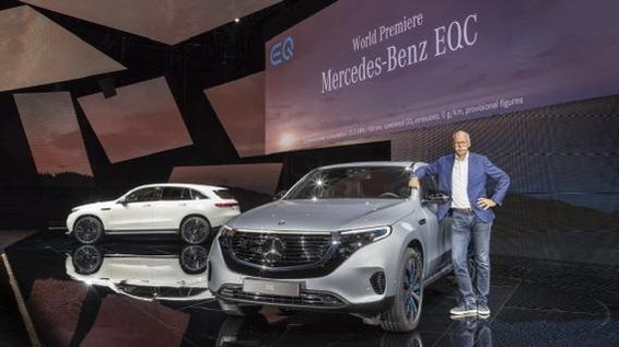메르세데스-벤츠의 디터 제체 전 회장이 지난해 9월 전기차 전용 브랜드 EQ의 첫번째 양산 모델인 EQC를 공개한 후 기념촬영하고 있다./메르세데스-벤츠 제공