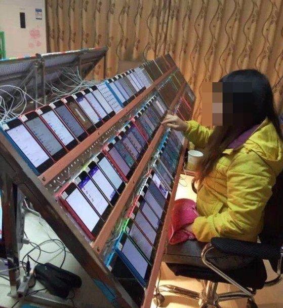 한때 웨이보에서 떠돌았던 '클릭농장'의 가장 대표적인 사진 중 하나(기사 내용과 무관). 클릭 농장은 주로 중국과 동남아시아, 아프리카 등 개발도상국에 위치하며, '좋아요 공장' 등으로도 불린다. 노동자들은 좋아요 클릭, 평점 클릭, 앱 설치와 삭제(다운로드 수 조작) 등을 반복한다. [사진 웨이보]