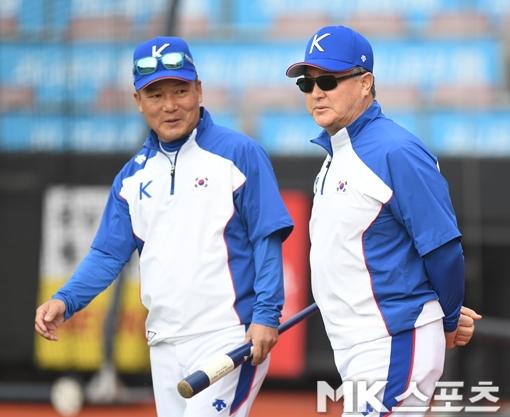 김경문 감독(오른쪽)이 이끄는 야구대표팀은 11일부터 수원 케이티 위즈 파크에서 훈련을 하고 있다. 사진=김재현 기자