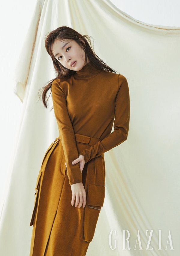 "<p>Actor Han Sunhwa with fashion magazine <Maria Grazia Cucinotta> 11 October number of the pictorial decorations.</p><p>Soft taupe color and brown color of the makeup to highlight this pictorial in the Han Sunhwa of soft and alluring beauty to a will features. The eyes and lips to water their wide range of brown color point of the beauty look-the perfect digestion and mood an 'autumn goddess'as reborn.</p><p>Maria Grazia Cucinotta in an interview with the Actor to step into growing her sincere story could be. Smoke at the beginning of the month, with the changes they asked what is the question ""when you are young than I long afford to be responsible with homework there is a lot of worries was. Watchful that there were so more carefully developed. Such inner change, thanks to the Mature feeling. ""It was called.</p><p>Or X as active brother(For you)in the mood for ""too proud to. Now just start to tell your brother sister or the presence of potentially stumbling, even if you should think on the tee I try not to were. Brother themselves a this day I look back at the Cheering and encouragement was. ""And, and ""a face white and hard to near each other as resembles. It except for the whole different. ""He said.</p><p>Meanwhile, Han Sunhwa recently, the independent film appearances and the upcoming shoot on the stone is expected to. Her pictorial and interview <Maria Grazia Cucinotta> magazine 11 June meet in May.</p>"