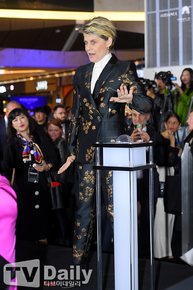 <p> The movie Terminator: The Dark Pate (Director Tim Miller) red carpet events 21 PM Seoul Yeongdeungpo-GU Yeouido IFC Mall opened.</p><p>This day the red carpet to attend the ceremony for the Hollywood actor Linda Ronstadt Hamilton this posing and can.</p><p>Terminator: The Dark pateis the day of judgment after that, from the future super soldier, grace and cutting-edge technology with the ultimate enemy Terminator Rev-9 this bee is a new fate of the clash to green action blockbusters that come with 30 days of opening it.</p><p>Terminator: the dark paint on the red carpet</p>