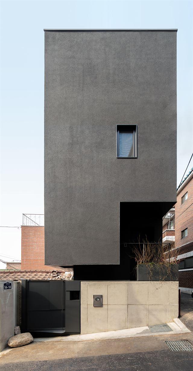 서울 용산 해방촌 10평 남짓한 규모의 땅에 들어선 한재훈씨의 '세컨드 하우스'는 좁은 면적을 극복하기 위해 사선 지붕을 피해 수직으로 높이 끌어올렸다. ©texture on texture