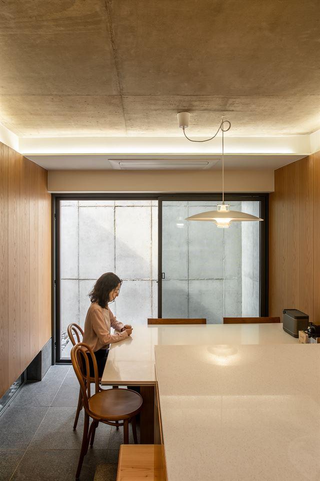 건축주가 지인들을 초청해 모임을 갖는 1층 식당 겸 주방의 내부는 단출하다. 신발을 신고 카페에 가듯 출입한다. ©texture on texture