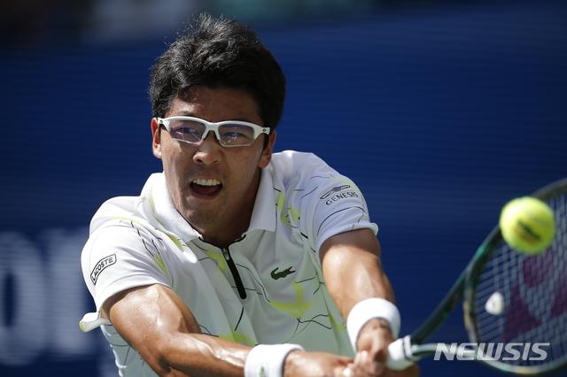 【뉴욕=AP/뉴시스】 정현(한국체대)이 1일(한국시간) 미국 뉴욕주 플러싱 메도의 빌리진 킹 내셔널 테니스센터에서 열린 라파엘 나달(스페인)과의 US오픈 테니스대회 남자 단식 3회전에서 리턴샷을 하고 있다.
