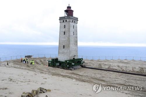 해안선 침식으로 추락 위기에 처했던 덴마크 '루비에르 크누데 등대' [AP=연합뉴스]