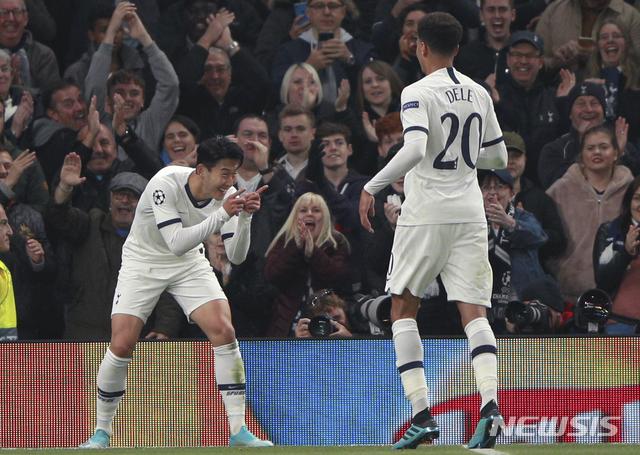 【런던=AP/뉴시스】토트넘 손흥민(오른쪽)이 22일(현지시간) 영국 런던의 토트넘 홋스퍼 스타디움에서 열린 2019~20 유럽축구연맹(UEFA) 챔피언스리그 본선(32강) B조 조별리그 3차전 츠르베나 즈베즈다(세르비아)와의 경기에서 팀의 세 번째 골을 넣고 세리머니를 하고 있다.손흥민은 전반 16분과 44분에 골을 넣으며 팀의 5-0 대승에 이바지했으며 차범근(66)이 보유하고 있던 유럽 프로축구 무대 한국인 최다 골(121골) 기록과 동률을 이루게 됐다. 2019.10.23.