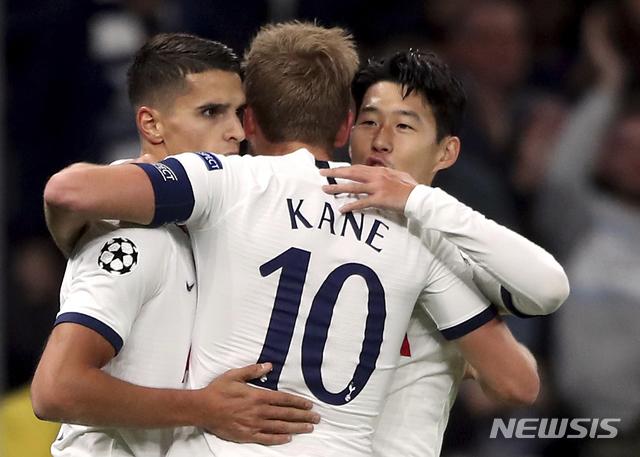 【런던=AP/뉴시스】토트넘 손흥민(오른쪽)이 22일(현지시간) 영국 런던의 토트넘 홋스퍼 스타디움에서 열린 2019~20 유럽축구연맹(UEFA) 챔피언스리그 본선(32강) B조 조별리그 3차전 츠르베나 즈베즈다(세르비아)와의 경기에서 팀의 두 번째 골을 넣고 동료들과 기뻐하고 있다.손흥민은 전반 16분과 44분에 골을 넣으며 팀의 5-0 대승에 이바지했으며 차범근(66)이 보유하고 있던 유럽 프로축구 무대 한국인 최다 골(121골) 기록과 동률을 이루게 됐다. 2019.10.23.
