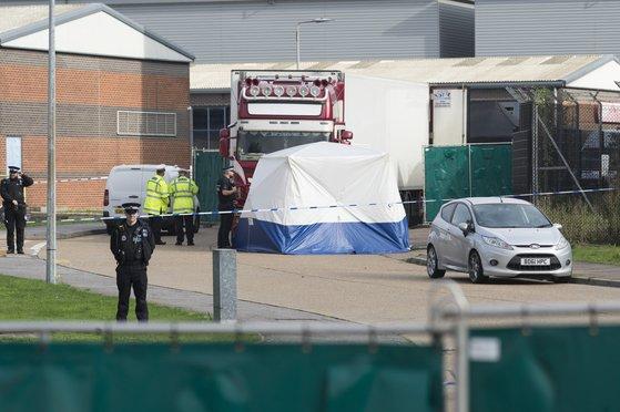 24일(현지시간) 영국 에섹스에서 39명의 사망자에 대한 부검 작업이 시작됐다. [신화=연합]